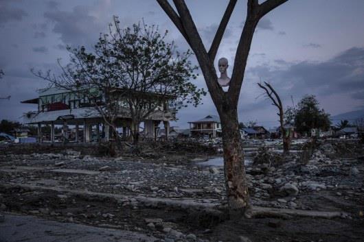 Появились страшные кадры с места катастрофы в Индонезии