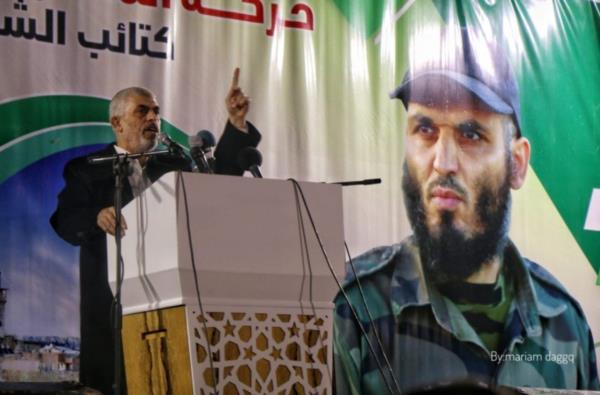 Яхья Синуар трясет пистолетом израильского спецназа