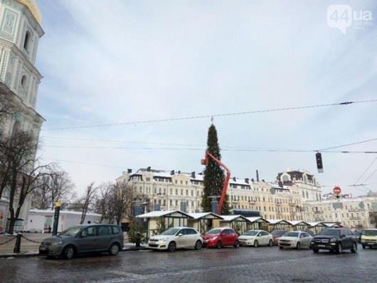 В Киеве демонтируют главную елку страны